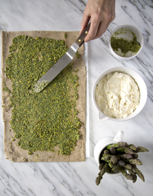 Spreading pistachio pesto
